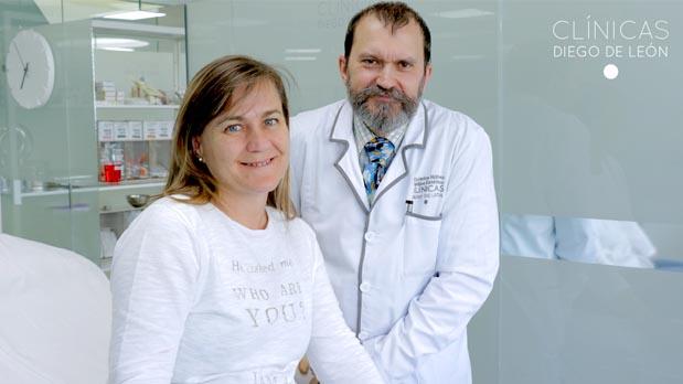 Rocío con el Dr. Carlos antes de someterse al tratamiento.